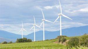 Projet éolien près des maisons de terre